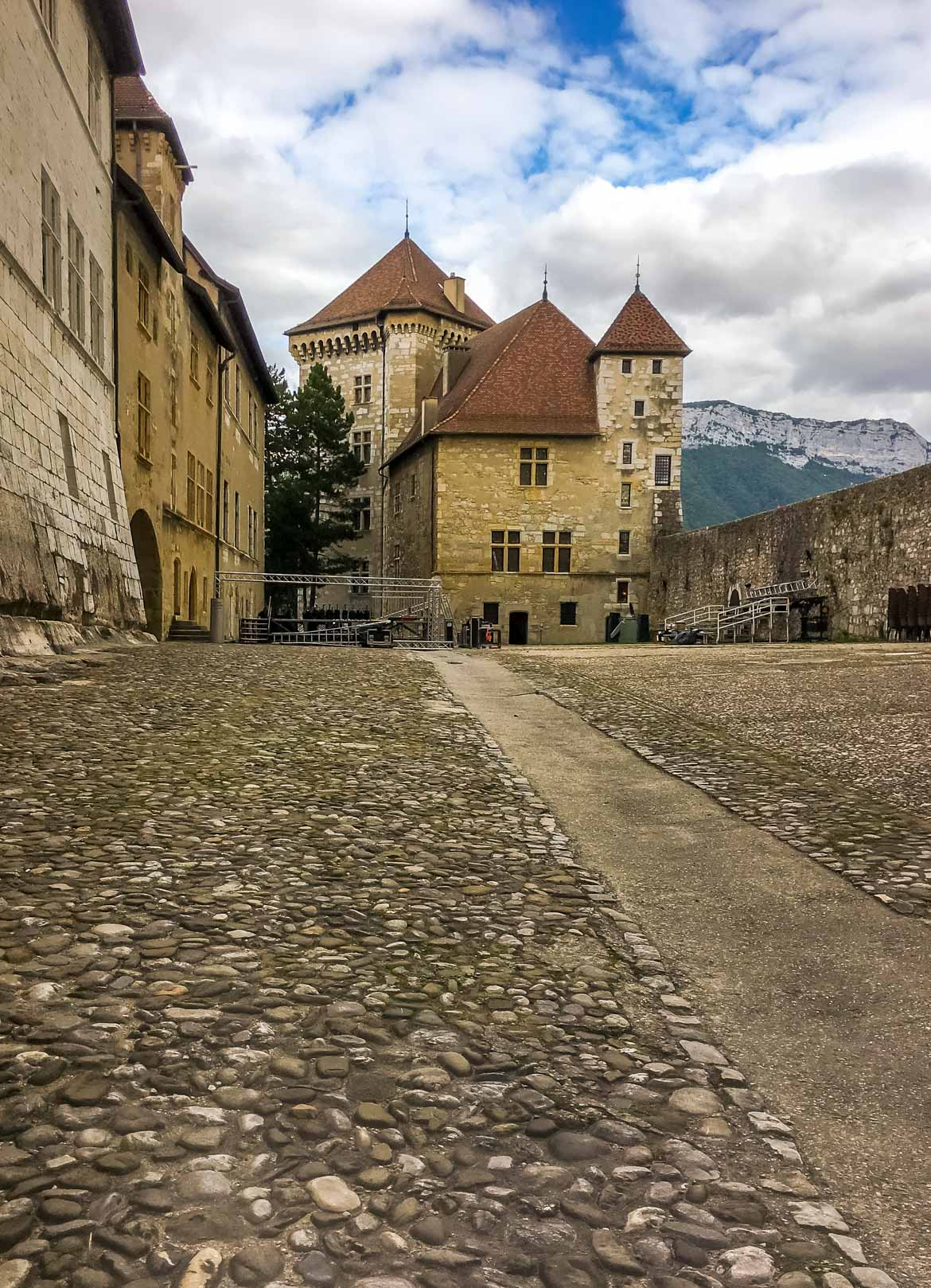Annecy cortile castello - In Viaggio Con Monica