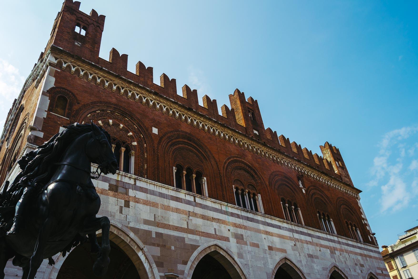 Piacenza Palazzo Gotico Statue Equestri - In viaggio con Monica
