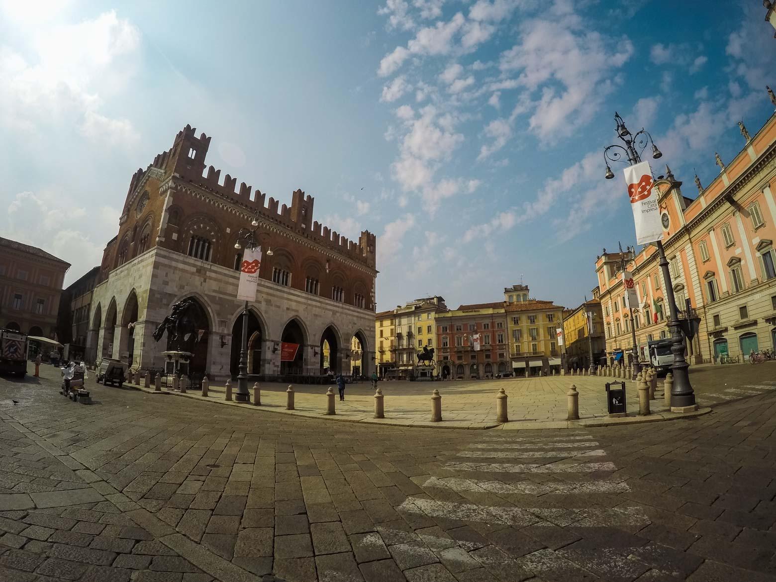 Piacenza Piazza Cavalli panoramica - In viaggio con Monica