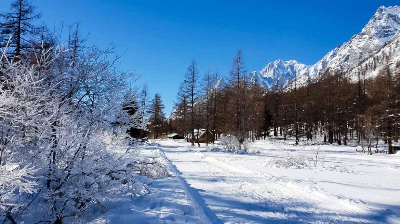 Cosa fare in Val Ferret in inverno - camminare sulla neve