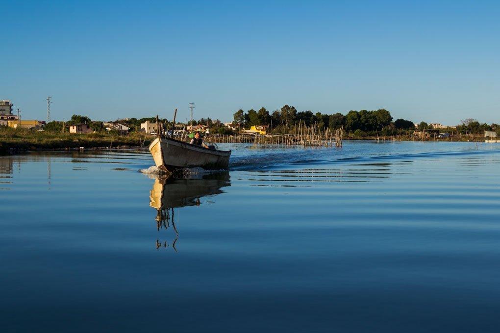 Barca sul lago di Varano