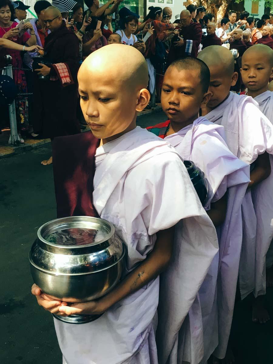 giovani monaci in processione