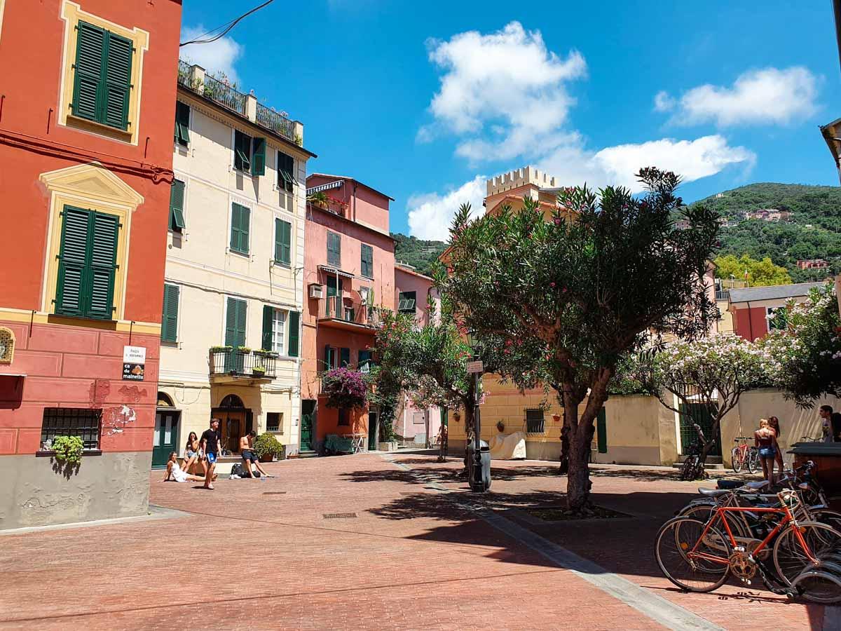 Bonassola Piazzetta con case colorate