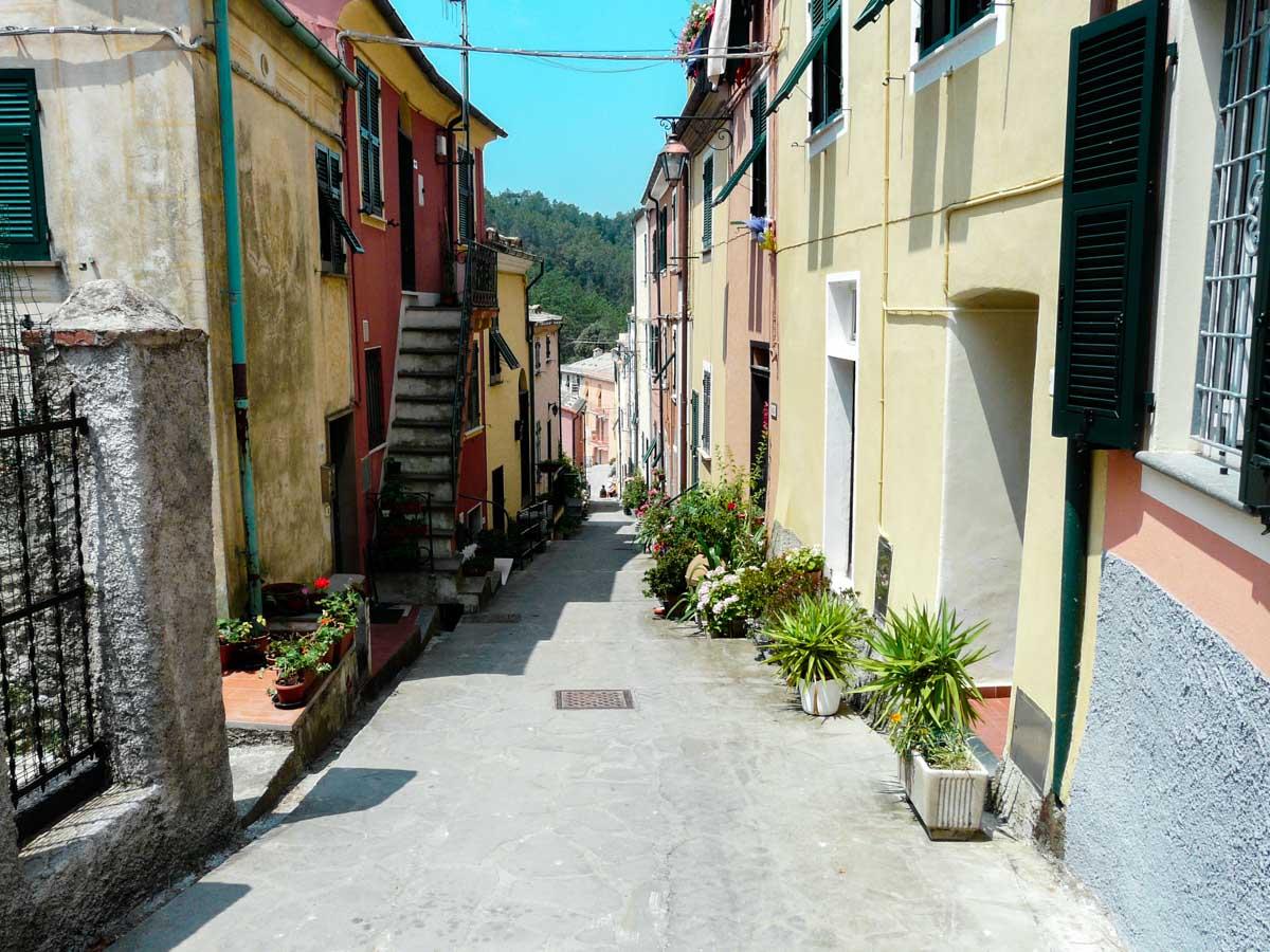 Centro storico con case colorate Liguria