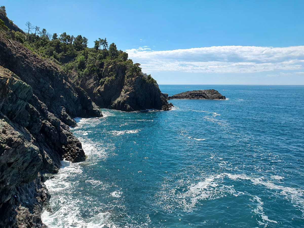 Scogliere a picco sul mare in Liguria