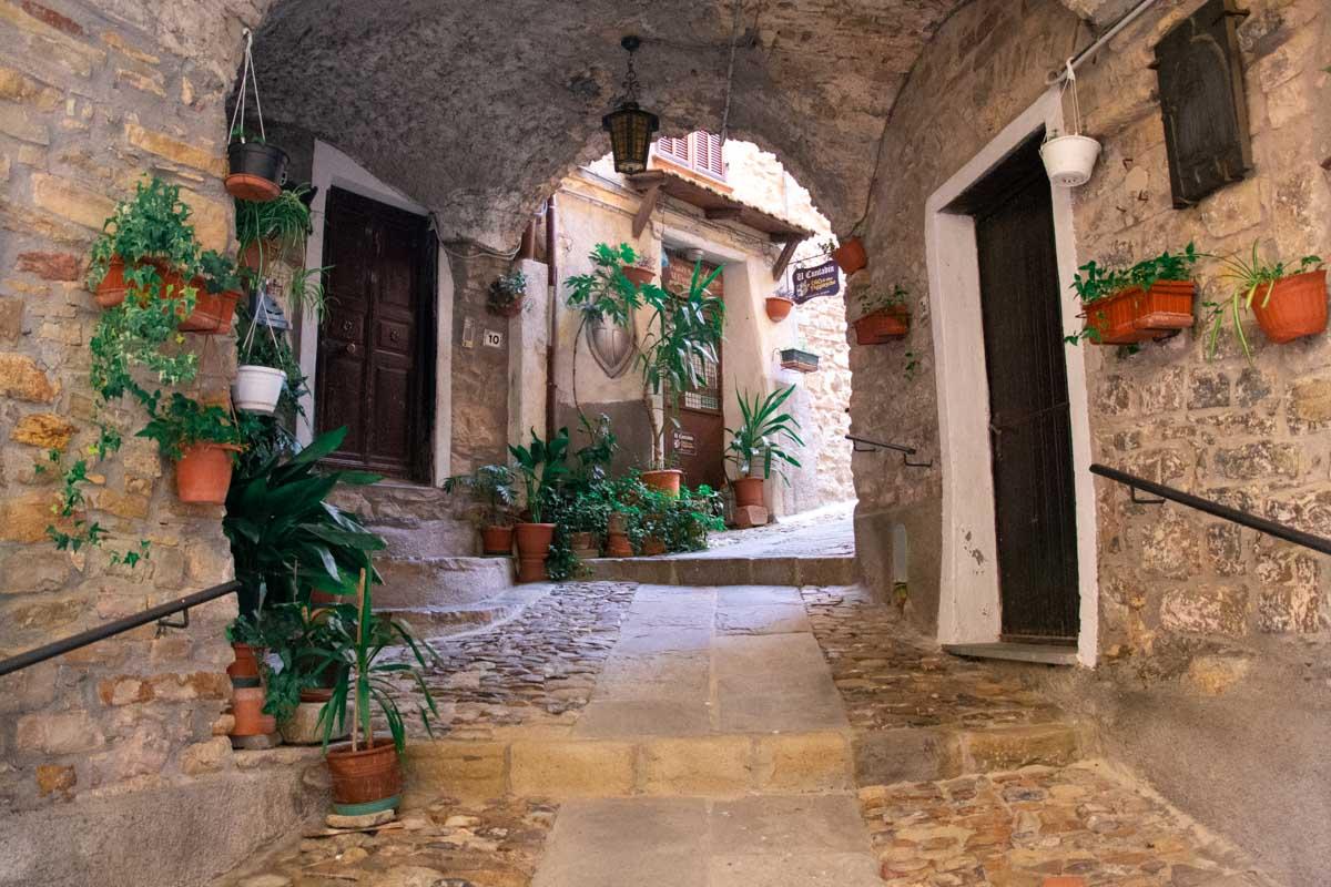 Vicolo tra case in pietra