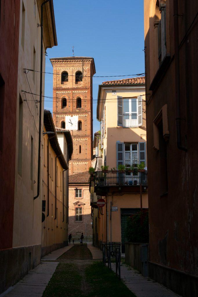 Vicolo sul campanile della cattedrale ad Asti